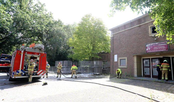 Op landgoed Coudewater aan de Berlicumseweg in Rosmalen heeft zondagmiddag een brand gewoed in de voormalige dansschool.