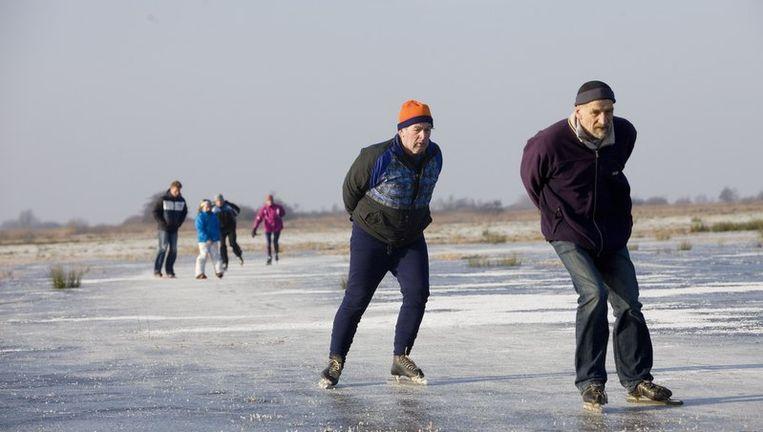 In Friesland waagden de eerste schaatsliefhebbers zich vandaag al op het natuurijs. Beeld null