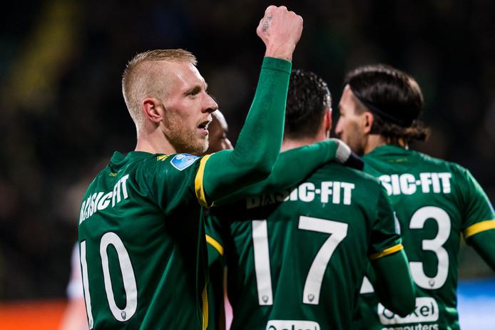 Lex Immers viert zijn treffer tegen Roda JC.