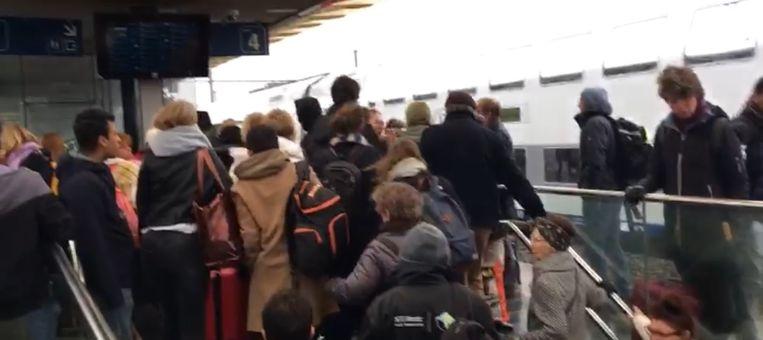 Een perron vol wachtende pendelaars. Reizigers moesten we geduld oefenen, want treinen die wel reden zaten vaak overvol.