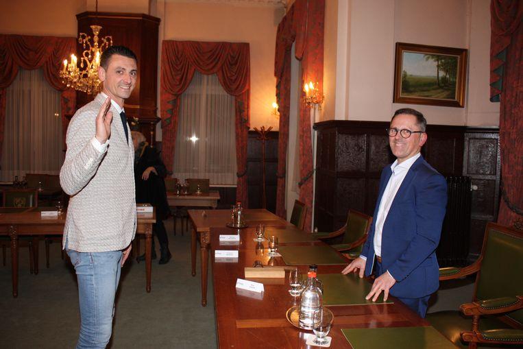 David Pieters legt de eed af bij gemeenteraadsvoorzitter Kris Steen