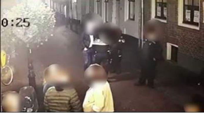 Afgelopen zaterdagnacht raakten politieagenten in gevecht met een beschonken man uit IJsselstein.