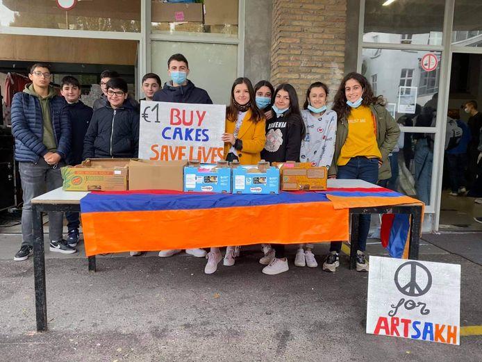 De werkgroep die cake verkoopt in het college voor Armeense kinderen in nood.