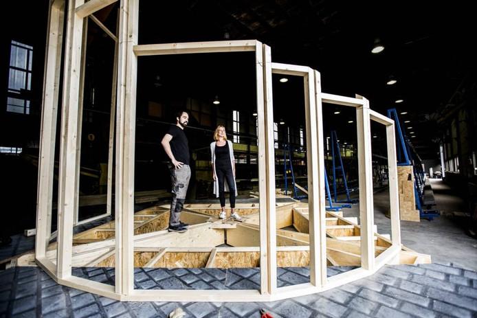 Martijn Monné en Saskia Toorenaar, twee van de zes initiatiefnemers, bij het in aanbouw zijnde prototype. Foto Rob Voss