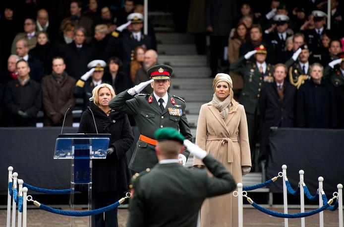Minister Jeanine Hennis-Plasschaert van Defensie, koning Willem-Alexander en koningin Maxima tijdens de ceremonie op het Binnenhof voor oud-commando Gijs Tuinman (voorgrond) waar hij de Militaire Willems-Orde krijgt