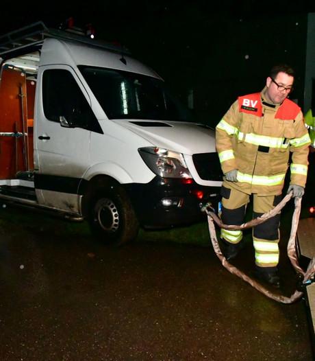 Brandweer bevrijdt bus uit de modder