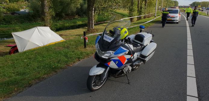 De auto die dinsdag tegen een boom botste langs de A73, is door hulpverleners afgeschermd.