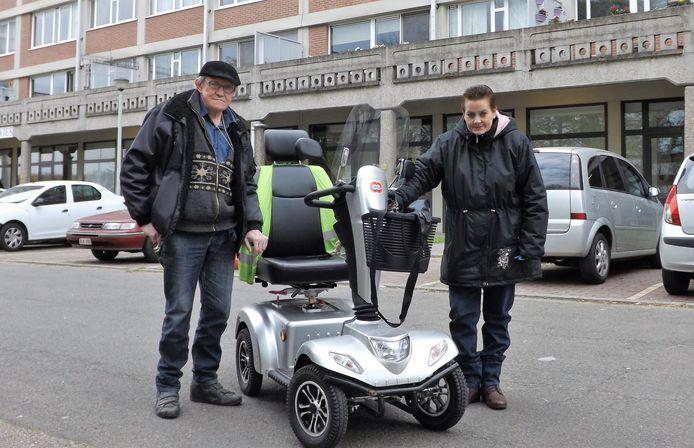 """Leopold Noots en zijn mantelzorgster Tamara Boey. """"Met de opkomst van de elektrische scooters is het tijd dat er ook oplaadpunten komen"""", aldus het tweetal."""