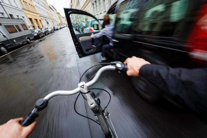 Een vrij alledaags beeld: fietsers knallen relatief vaak tegen openzwaaiende autoportieren