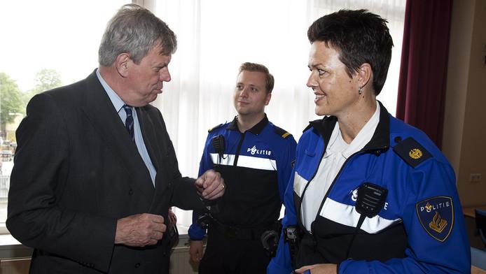 Minister Ivo Opstelten (L) van Veiligheid en Justitie praat met politiemensen in Dordrecht