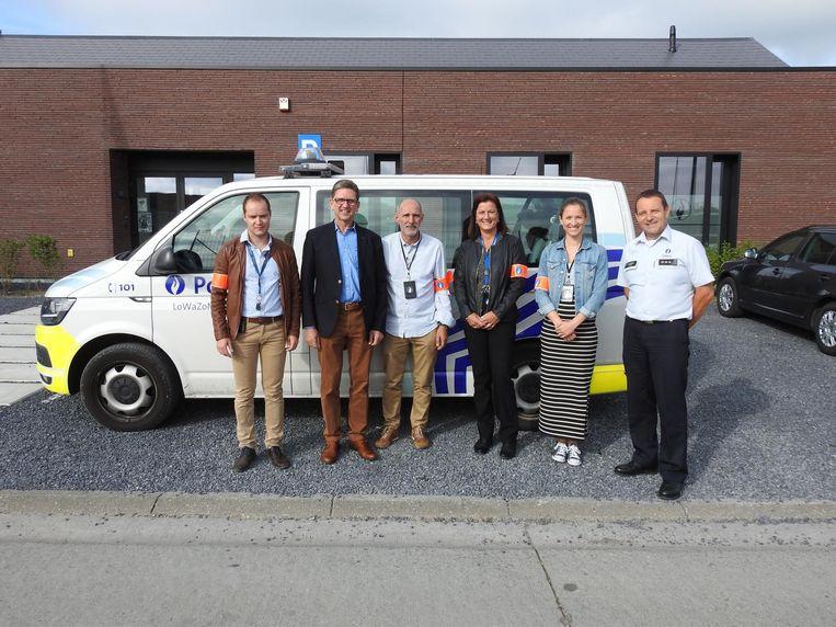 Luc Van Laeke (tweede van links) met zijn dichtste collega's van de recherche en korpschef Geert Van Hoecke.
