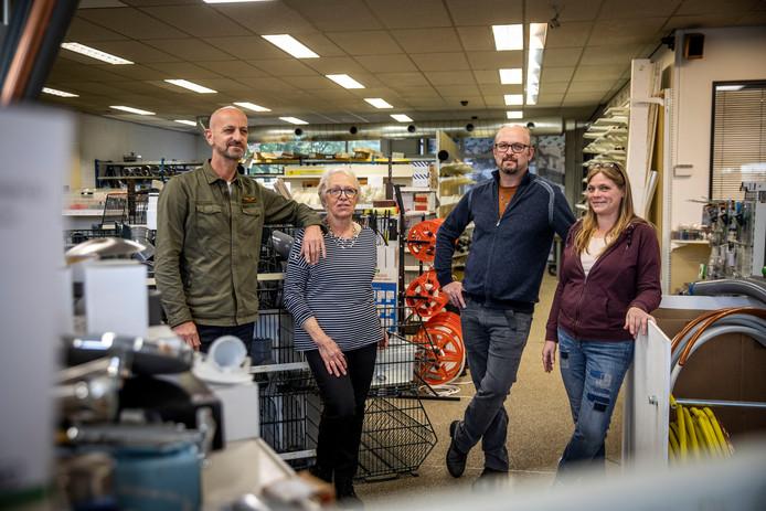 Loos Electro in Valkenswaard stopt ermee. Vlnr: het gezicht van de winkel Marc, moeder Nel, Bart en Janneke Loos.