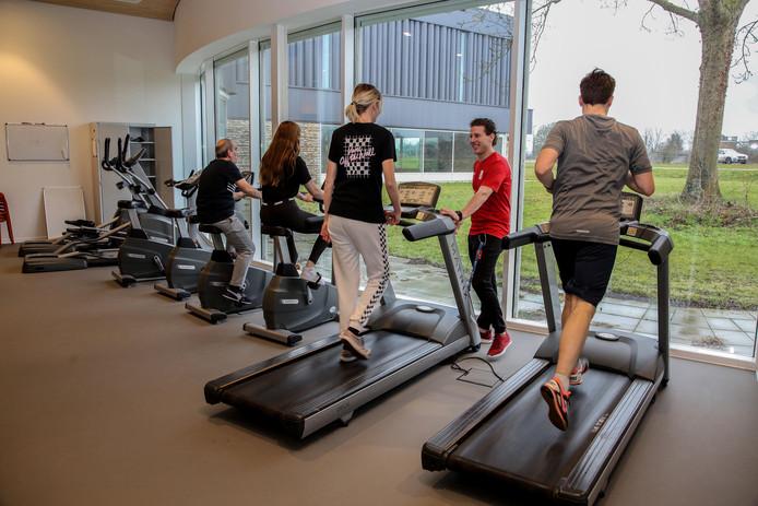 De eerste deelnemers van het 'Fit en Vitaal' programma van Sportbedrijf Raalte en De Productie Raalte zijn al druk bezig met fit worden.