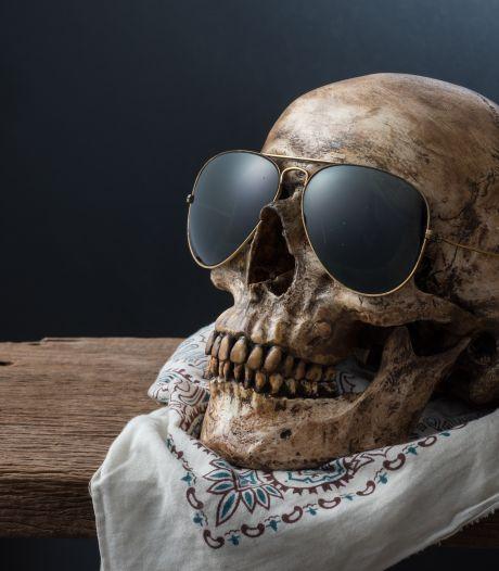 Le crâne avec des lunettes de soleil sur la cheminée était celui d'un homme disparu depuis huit ans