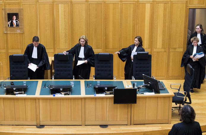 Voorzitter Platschorre (2eL) tijdens de uitspraak in het hoger beroep tegen Jos de G.