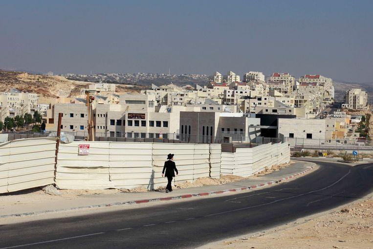 Een ultraorthodoxe man wandelt door de nederzetting Modi'in op de Westelijke Jordaanoever.  Beeld null