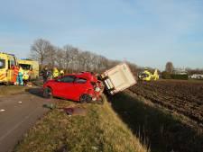 Beknelde automobilist bevrijd en naar ziekenhuis na botsing op N322 bij Almkerk