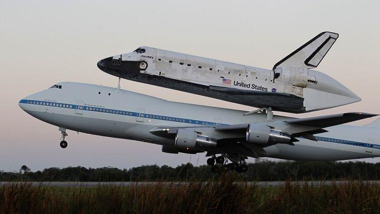 De spaceshuttle Discovery op het dak van Nasa's Boeing 747. Beeld reuters