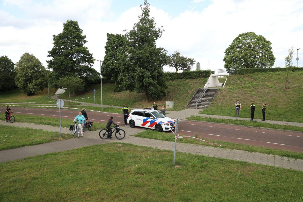Politie op de plek bij de John Frostbrug in Arnhem waar de man is aangetroffen.