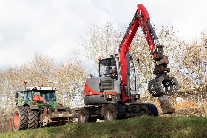 De ontmanteling van Het Witte Lint is in volle gang. Met een kraantje worden de betonnen steunpalen uit de grond getrokken.