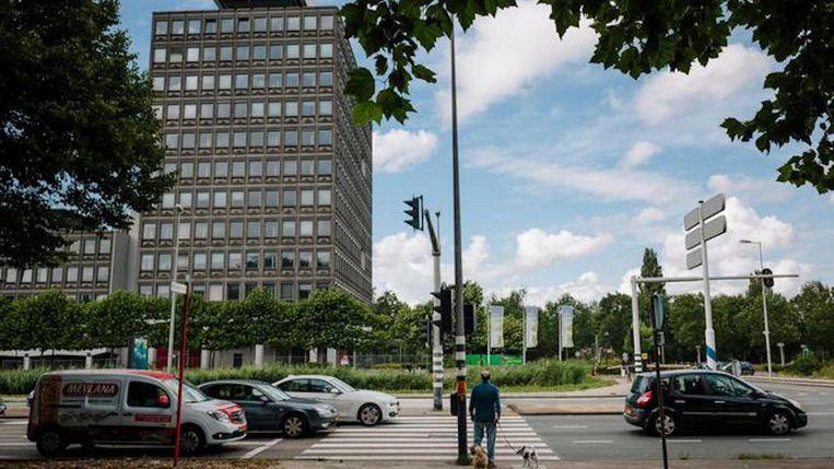 Het voormalige ING-gebouw, nu nog in volle glorie, straks onherkenbaar vernieuwd. Beeld Marc Driessen