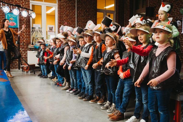 De kleuters van VBS Sint-Katrien brachten een spetterende show tijdens het grootouderfeest.