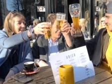De lente laat zich voorzichtig zien, dus zijn de terrasjes in Utrecht ramvol: proost!