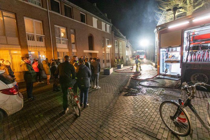 De brand trok tientallen kijkers.