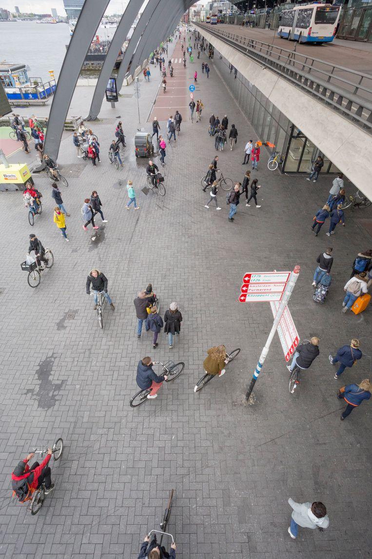 De shared space ruimte aan de achterkant van Amsterdam Centraal. Beeld Marc Faasse
