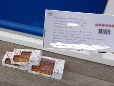 Ouder echtpaar dankt redders jaren na dato met taart op Urk
