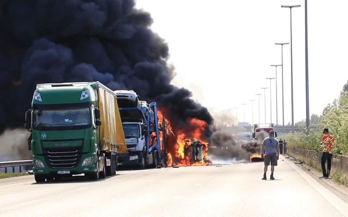 Bij de botsing ontstond brand. Still uit video
