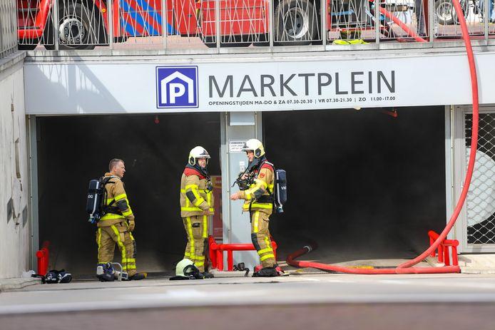 De autobrand in de parkeergarage Marktplein in Epe.