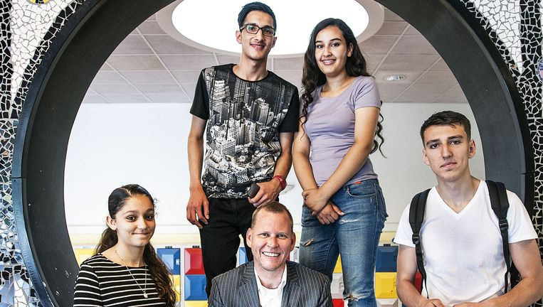 Directeur Eric van 't Zelfde (zittend, midden) met enkele leerlingen van het OSG Hugo de Groot in Rotterdam Beeld null