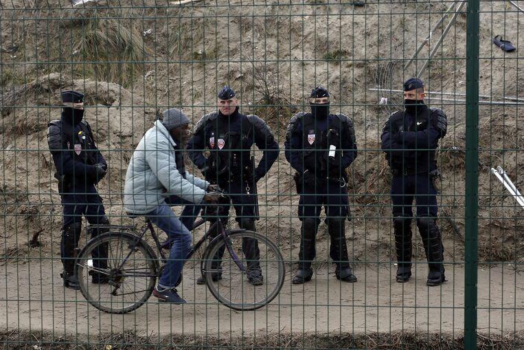 De oproerpolitie verscheen donderdag in het kamp van Calais. Beeld null