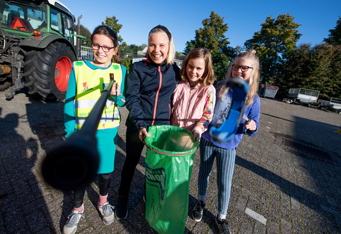 Amy van Heuven (geel hesje) met haar vriendinnen Tessa, Floor en Wende (vlnr) op de gemeentewerf voordat de 10-jarige Markelose World Cleanup Day opent.