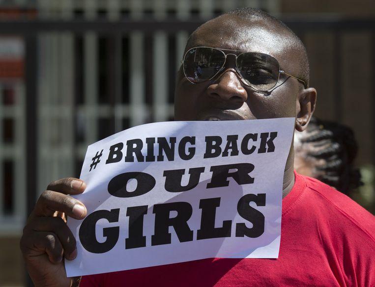 Een Nigeriaanse inwoner van Spanje demonstreert bij de Nigeriaanse ambassade in Madrid, afgelopen week. Beeld ap