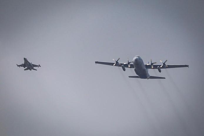 Een deel van de vliegtuigen tijdens de televisieopnames, hier boven de Hoeksche Waard.
