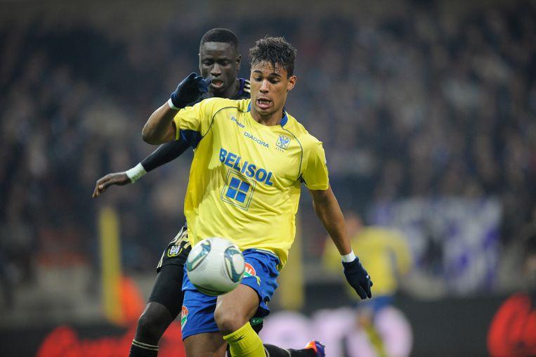 Okotie in actie met STVV tegen Anderlecht en Kouyaté.