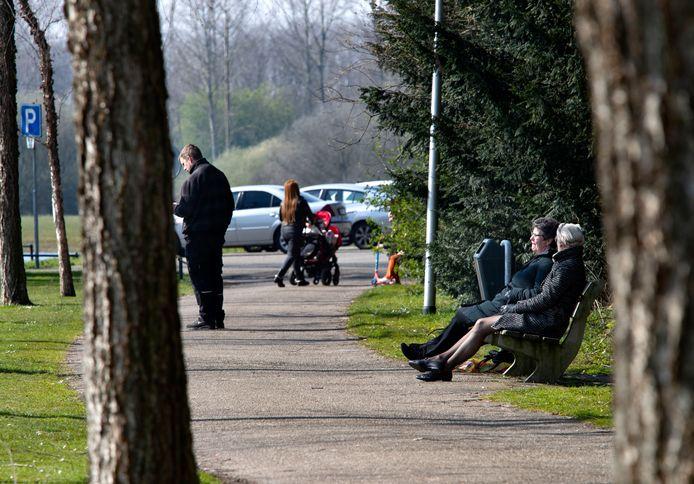 Ontspanning in het Warandepark in Helmond ten tijde van de coronacrisis.