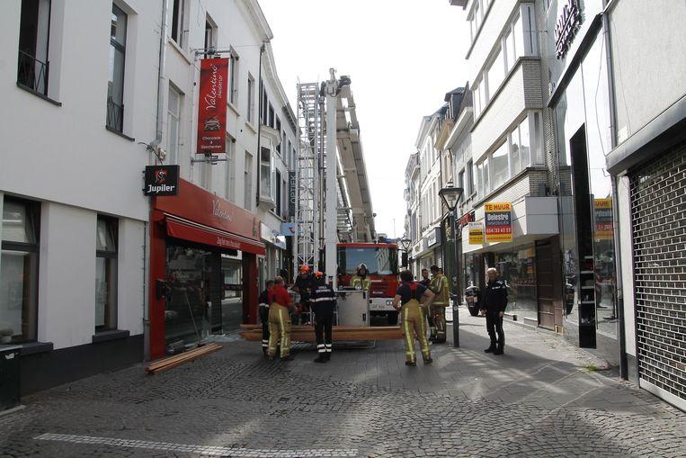 De brandweer en de civiele bescherming waren aanwezig om de getroffen gebouwen na de brand af te sluiten.