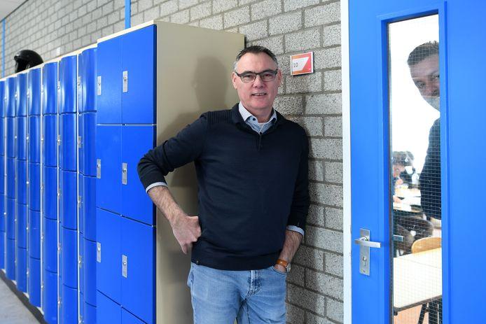 Niet storen! Jean-Pierre de Bont voor de deur van een klaslokaal waar surveillant Wijnand Kok toeziet op een ordelijk verloop van een schoolexamen onder corona-regime.