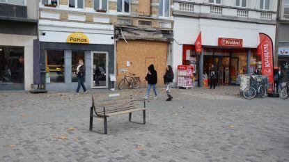 """Stad plaatst zitbank ter nagedachtenis van slachtoffer brand op Markt: """"Goed dat herinnering aan Wera blijft leven"""""""