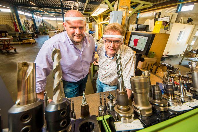 Pim en Eric van den Berg op de werkvloer bij MouldTech in Enschede. Het bedrijf maakt een recyclebaar gezichtsscherm voor medici.