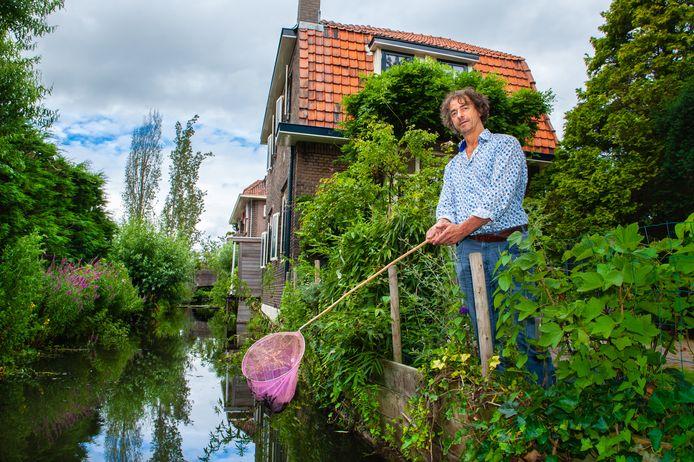 Het vervuilde slootje langs de karakteristieke woningen aan de Piersonweg zorgt voor veel ergernis bij André Vuijk en buurtbewoners.