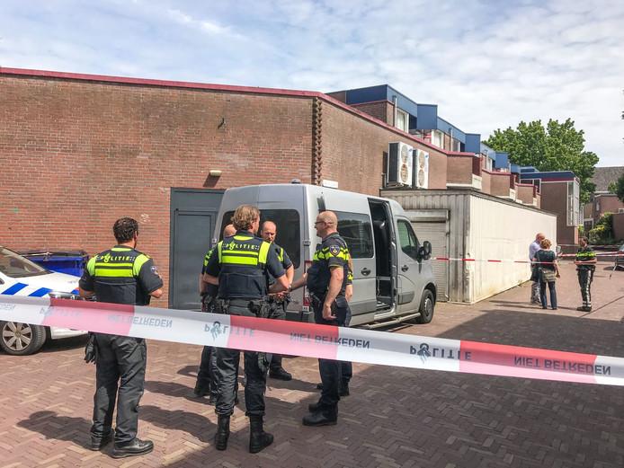 Agenten hebben de omgeving afgezet van het huis waarin de dode Pool 22 juni vorig jaar werd gevonden.