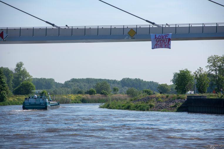 Onder de nieuwe fiets- en voetgangersbrug in Wetteren hangt een spandoek 'Love You Mieke'.