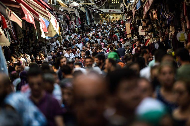 'Mensen blijven uitgeven', zoals hier in Mahmutpasa straat, een populaire winkelstraat in Istanbul.  Beeld AFP