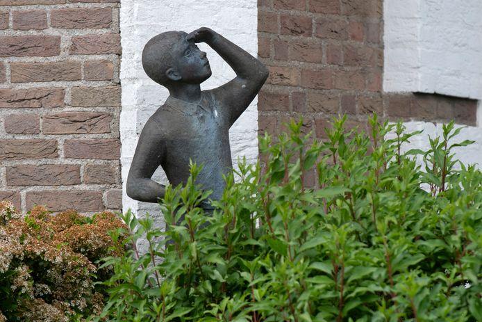 'Omhoog kijkende jongent' van Lou Manche in Bemmel.