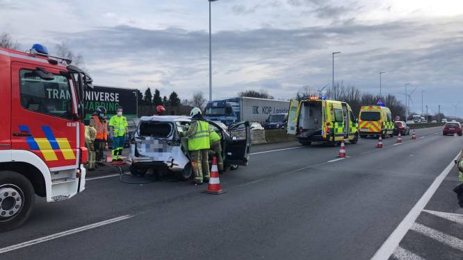 Kop-staartaanrijding met vrachtwagen op R4 in Ertvelde, linkerrijstrook versperd