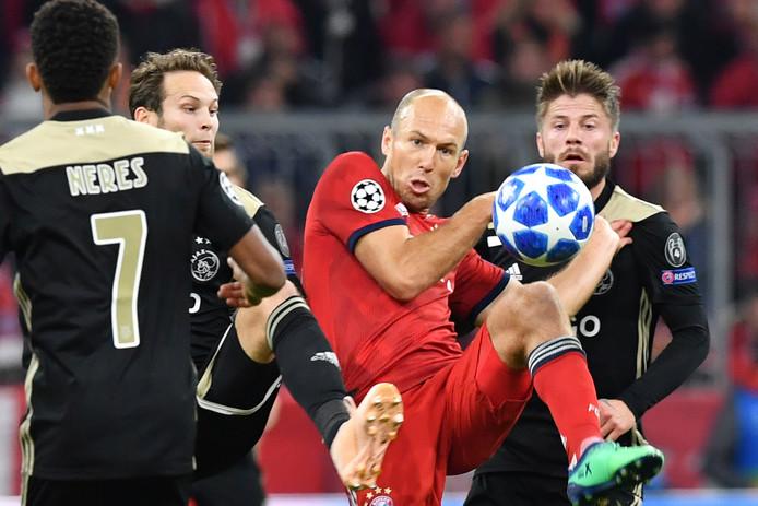 Lasse Schöne in duel met Arjen Robben.